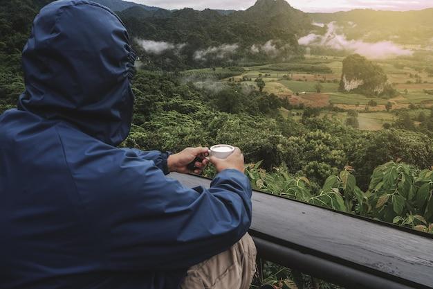 Los turistas de una manera relajada. con vistas a la montaña por la mañana como fondo.