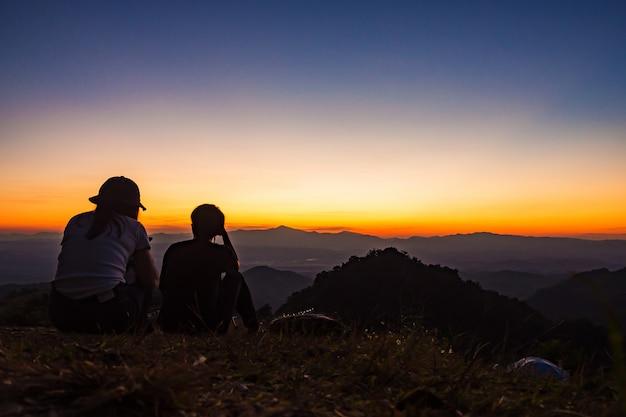 Los turistas de una manera relajada. con vistas a la montaña