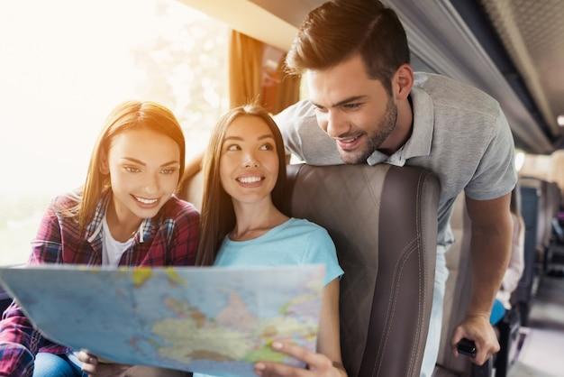 Los turistas miran el mapa y eligen a dónde ir.