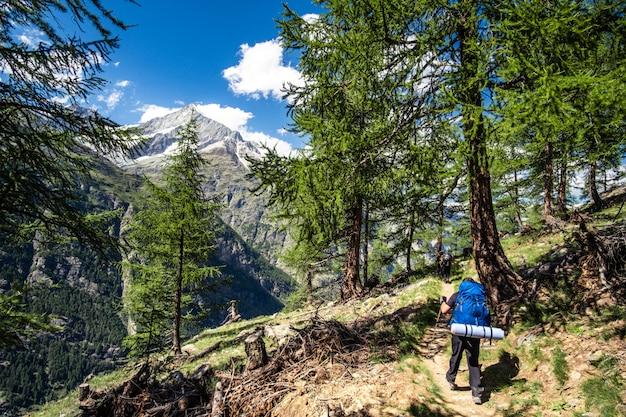 Turistas en las montañas
