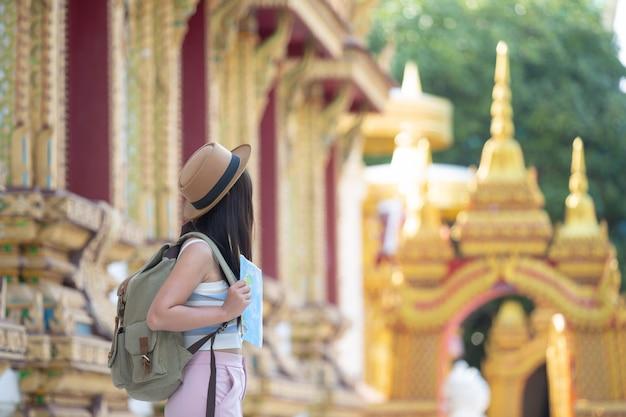 Turistas mujeres sostienen un mapa para encontrar lugares.