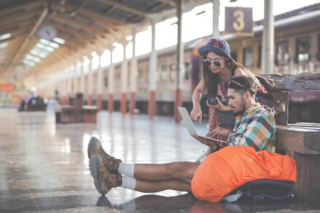 Turistas, parejas que buscan en tabletas para encontrar atracciones.