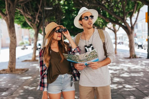 Turistas perdidos encontrando el camino