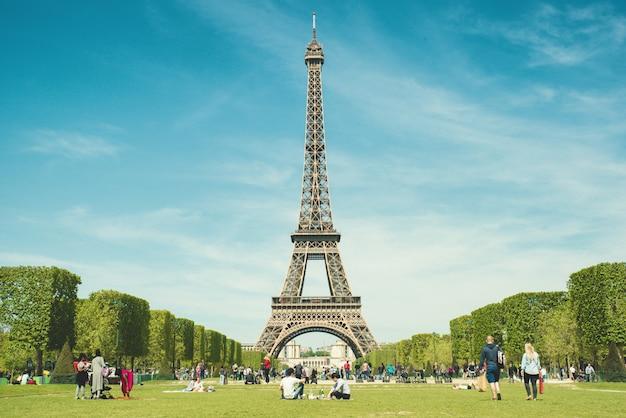 Turistas que se enfrían en parque cerca de la torre eiffel parís, francia.