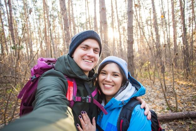 Turistas, sonriente, pareja, teniendo, selfie, encima