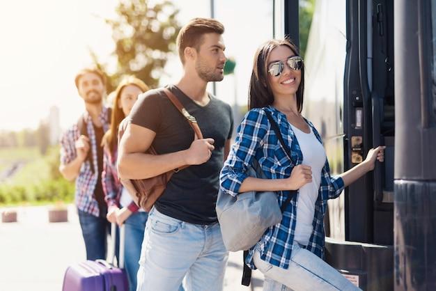 Los turistas toman un cómodo autobús de viaje.