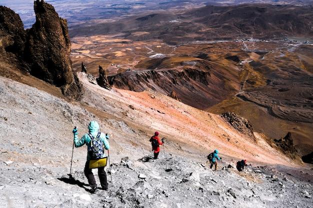 Turistas de trekking en el volcán erciac en turquía, vista desde arriba