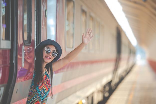 Los turistas viajan a la estación de tren.