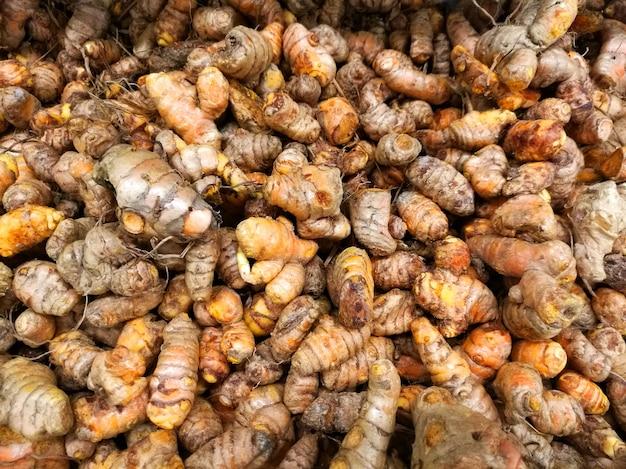 Turmerics crudos frescos en la exhibición del supermercado para la venta