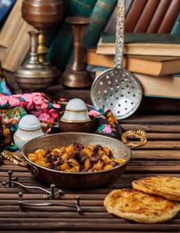 Turshu govurma con frutos secos dentro de una sartén de cobre.