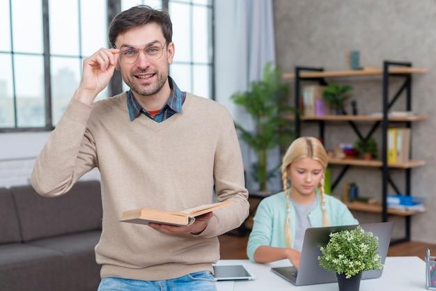 Tutor en casa y joven estudiante