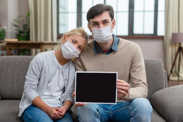 Tutor y joven estudiante mostrando la tableta