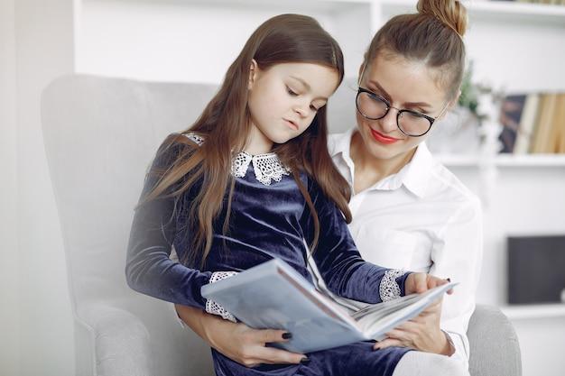 Tutor con litthe girl estudiando en casa