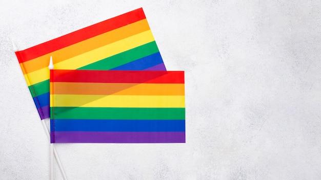 Twon banderas del arco iris para el día del orgullo