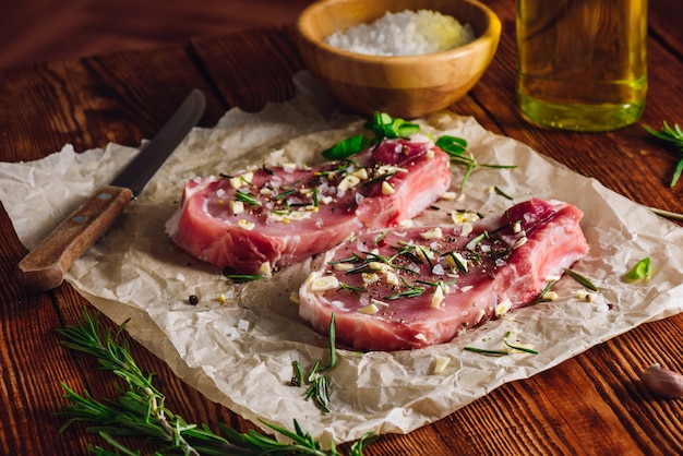 Twu rib steak preparado con especias para freír