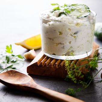 Tzatziki salsa griega tradicional con ingredientes