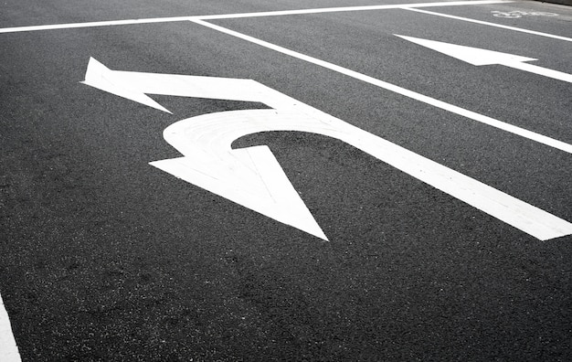 U girar la señal de tráfico en la carretera