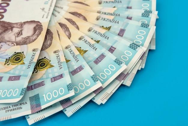 Uah. dinero de ucrania 1000 hryvnia, billete de ucrania aislado sobre fondo azul.