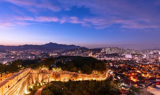 Ubicación del horizonte de la ciudad de seúl en el parque naksan con murallas antiguas en seúl, corea del sur