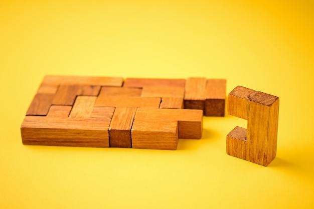 El último ladrillo de madera está listo para completar la construcción.