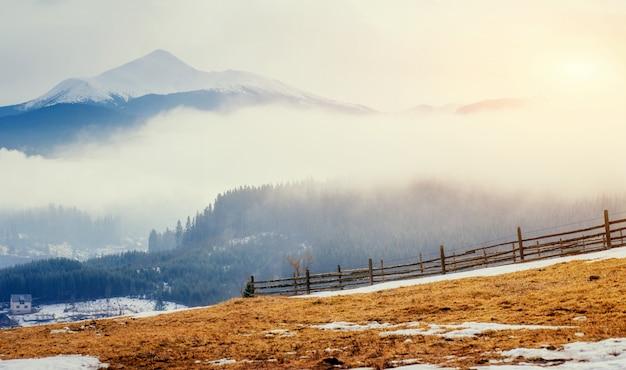 Los últimos días montañas de invierno de ucrania