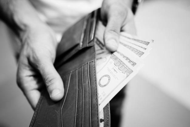 Un doller facturas en una billetera