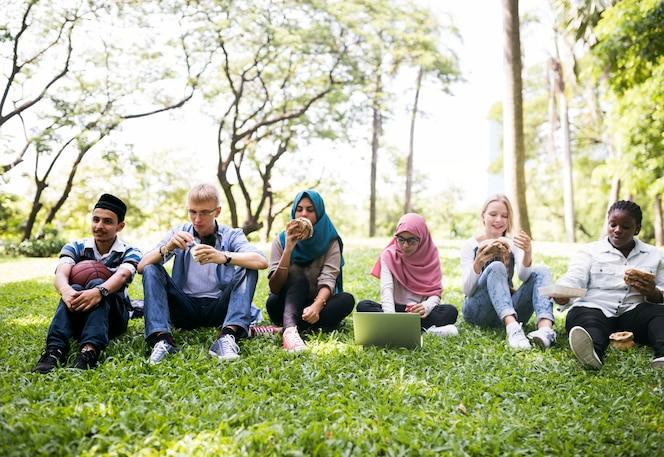 Un grupo de adolescentes diversos