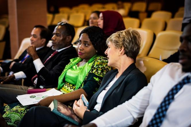 Un grupo de empresarios internacionales sentados en una conferencia