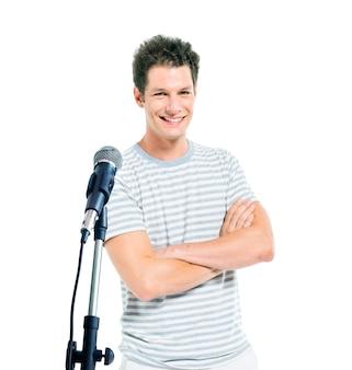 Un hombre parado frente a un micrófono.