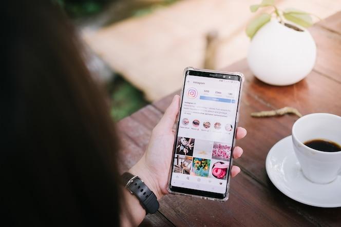 Un hombre tiene samsung nota 8 con la aplicación de instagram en la pantalla.
