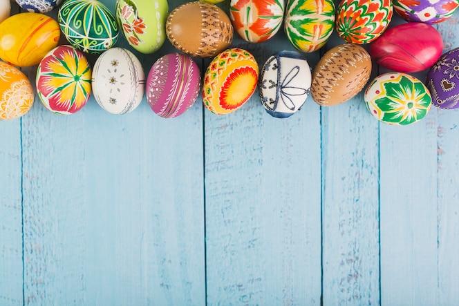 Un montón de huevos de colores en disposición