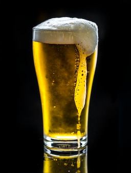 Un vaso de macro fotografía de cerveza fría