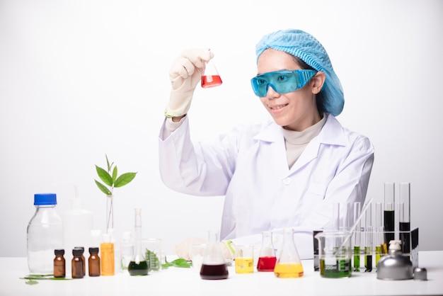Una chica técnica científica en un laboratorio médico
