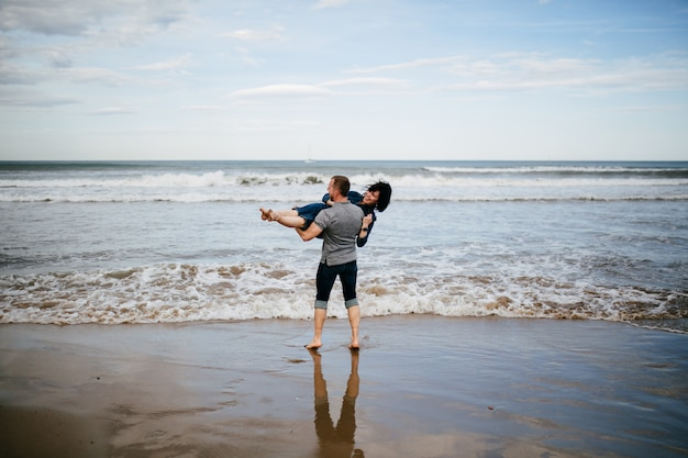 Una joven pareja caminando por la playa