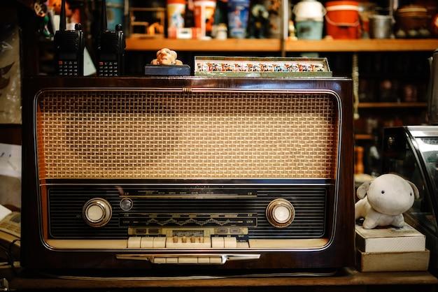 Una mesa con una vieja radio vintage en el café