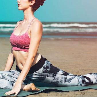 Una mujer se extiende en la playa