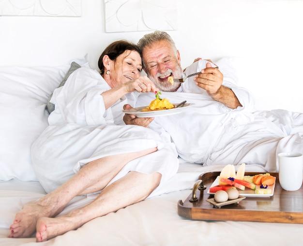 Una pareja senior disfrutando de un servicio de habitaciones