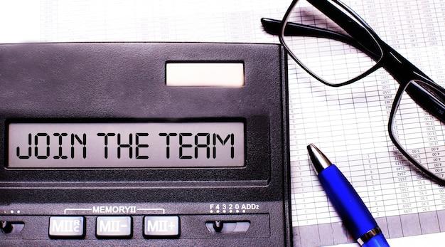 Únete al equipo está escrito en la calculadora cerca de unas gafas con montura negra y un bolígrafo azul.
