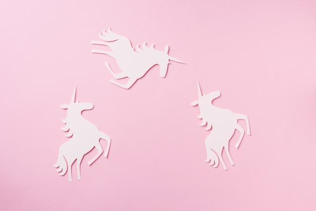 Unicornio sobre fondo rosa