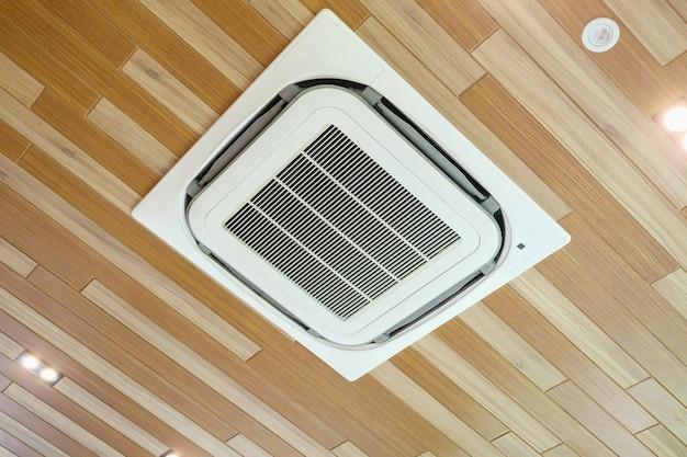 Unidad de aire acondicionado de techo en habitación moderna