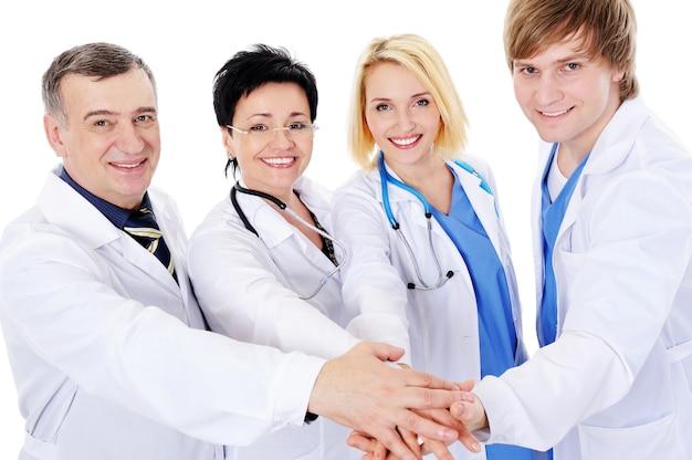 Unidad de cuatro médicos exitosos felices aislados en blanco