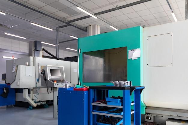 Unidad de fábrica con nuevos equipos informáticos modernos