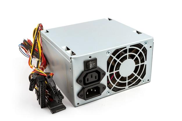 Unidad de fuente de alimentación de computadora en el fondo blanco