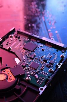 Unidades de disco duro de computadora hdd, ssd en el fondo de la placa de circuito