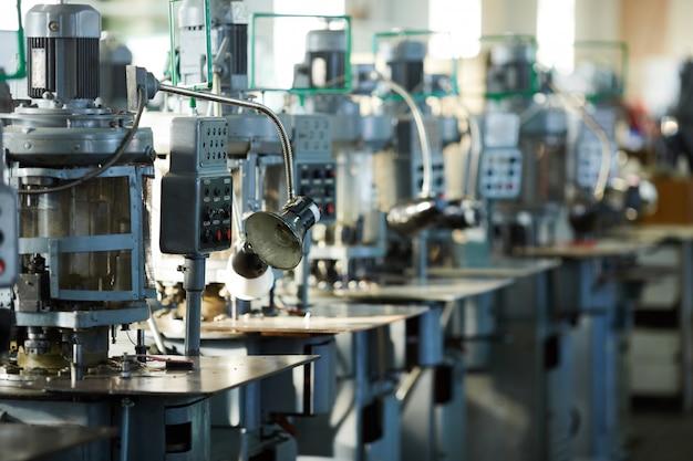 Unidades de máquinas industriales en fila