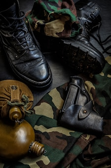 Uniforme de camuflaje militar y botas.