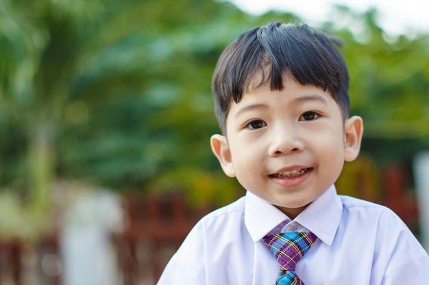 Uniforme escolar para niños