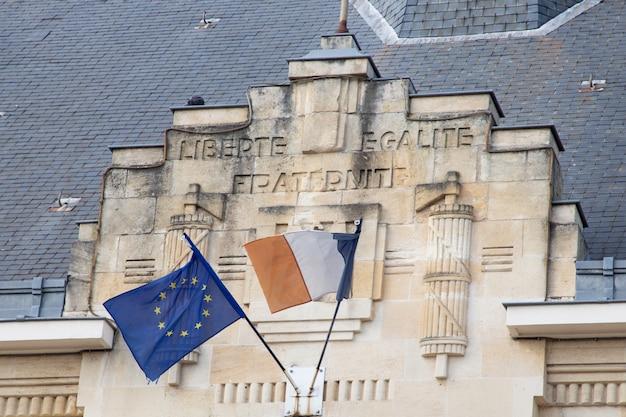 Unión europea ue con bandera francesa en el ayuntamiento en la ciudad de francia