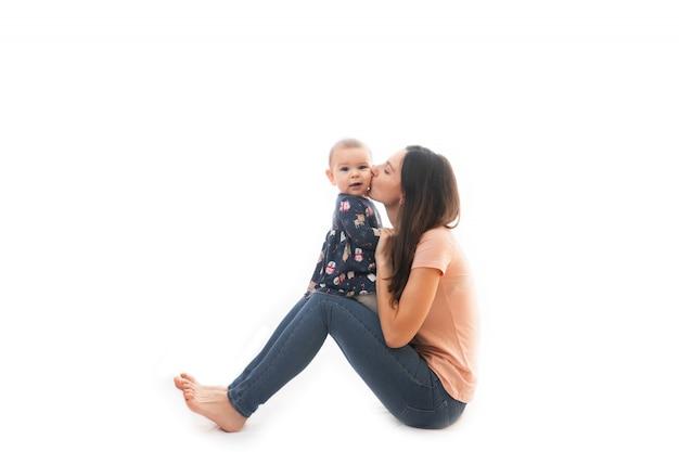 Una unión de madre y bebé juntos aislados sobre fondo blanco
