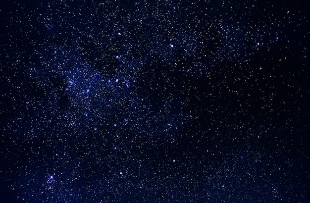 Universo en el espacio, cielo y estrellas en la noche, vía láctea